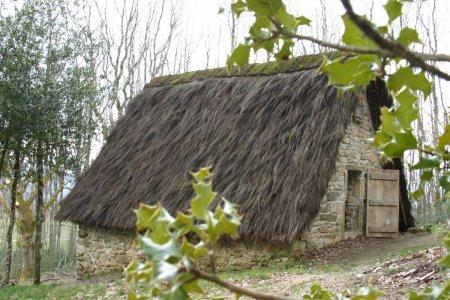 De oude schapenstal met een dak van brem op Maison Payrac in Nages.