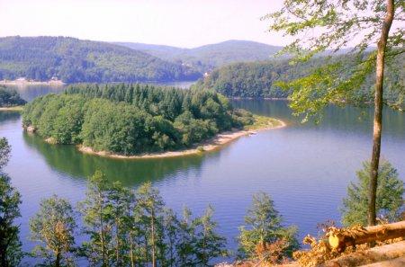 Het meer La  Raviège in het dorp La salvetat sur Agout.