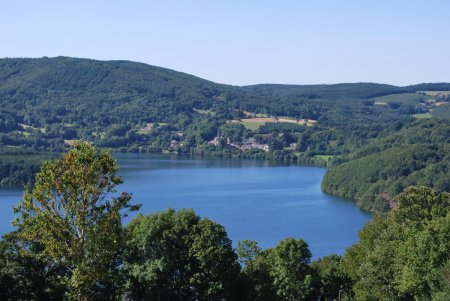La maison de Payrac is gelegen bij het meer van Laouzas, Nages